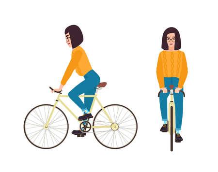 Giovane donna o ragazza vestita in abbigliamento casual in sella a bici. Personaggio dei cartoni animati piatto femminile che indossa jeans e maglione in bicicletta. Ciclista di pedalata isolato su priorità bassa bianca. Illustrazione vettoriale.