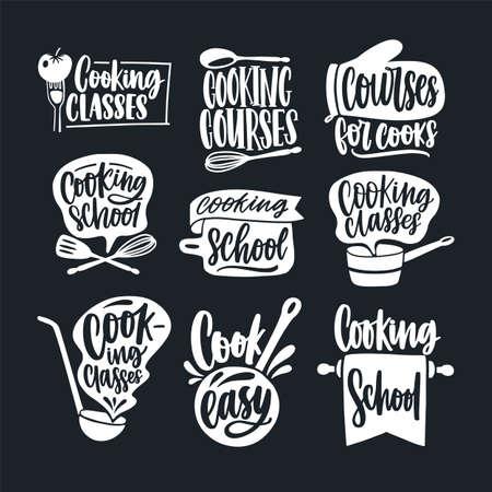 Bündel von Schriftzug handgeschrieben mit kalligraphischer Schrift und verziert mit Kochgeschirr lokalisiert auf schwarzem Hintergrund. Set von Kochkursen, Kursen oder Schuletiketten. Monochrome Vektorillustration.