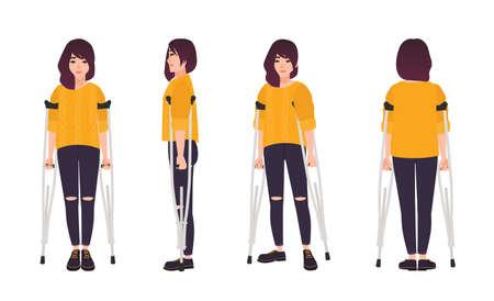 Souriante jeune femme debout ou marchant avec des béquilles. Jolie fille à mobilité réduite. Personnage de dessin animé féminin heureux avec un handicap physique ou une déficience. Illustration vectorielle dans un style plat