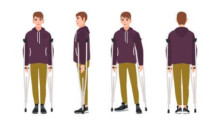 Heureux jeune homme debout ou marchant avec des béquilles. Mec mignon à mobilité réduite. Personnage de dessin animé masculin joyeux avec un handicap physique, une blessure ou une déficience. Illustration vectorielle dans un style plat