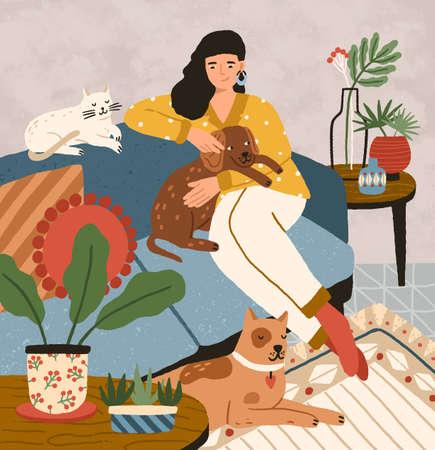 Carina ragazza sorridente seduta su un comodo divano con cani e gatti. Adorabile donna che trascorre del tempo a casa con i suoi animali domestici. Ritratto di felice proprietario dell'animale domestico. Illustrazione vettoriale di cartone animato piatto