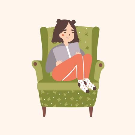 Adorable niña sentada en un cómodo sillón y libro de lectura aislado sobre fondo claro. Retrato de mujer joven linda pasar tiempo en casa y relajarse en una silla acogedora. Ilustración de vector de dibujos animados plana