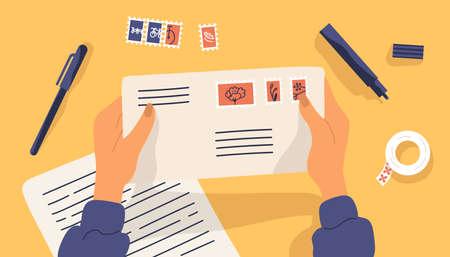 편지지로 둘러싸인 우표가 있는 봉투를 들고 있는 손. 테이블 표면의 상위 뷰입니다. 우편 서비스를 통해 서면 서신 또는 서신 보내기. 플랫 만화 다채로운 벡터 일러스트 레이 션 벡터 (일러스트)