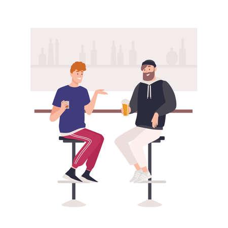 Paar gelukkige vrienden die op krukken aan de toog zitten en bier of alcoholische dranken drinken. Twee leuke grappige lachende jonge mannen in pub. Vriendelijke ontmoeting. Platte cartoon kleurrijke vectorillustratie