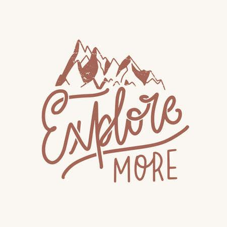 Esplora più slogan o frasi motivazionali scritte a mano con un elegante carattere calligrafico corsivo e decorate da montagne. Lettering alla moda isolato su sfondo chiaro. Illustrazione monocromatica.