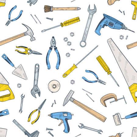 Nahtloses Muster mit manuellen und angetriebenen Werkzeugen für die Reparatur und Wartung zu Hause. Hintergrund mit Ausrüstung für das Handwerk verstreut auf weißem Hintergrund. Realistische Vektorillustration für Geschenkpapier