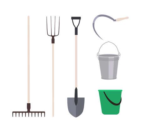 Sammlung von Gartengeräten oder landwirtschaftlichen Geräten isoliert auf weißem Hintergrund - Rechen, Heugabelschaufel, Eimer, Sichel. Ausrüstungssatz für das Ernten. Flache Cartoon-Vektor-Illustration Vektorgrafik
