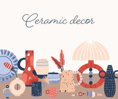 Illustrazione di vettore disegnato a mano di ceramica moderna. Eleganti accessori per la casa in porcellana. Disegno di ceramica artigianale contemporanea con testo scritto a mano. Vasi, stoviglie e lampada da tavolo fatti a mano.