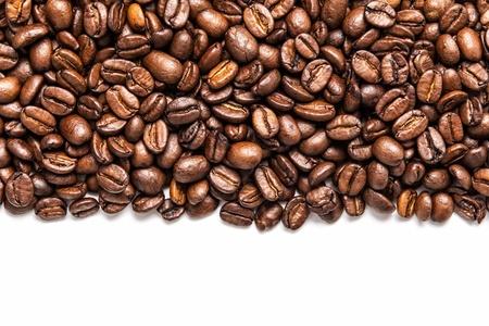 alubias: franja de granos de café aislados en blanco Foto de archivo