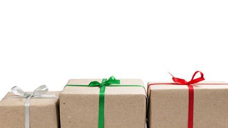 three gift boxes: tres cajas de regalo en una fila aislados en blanco