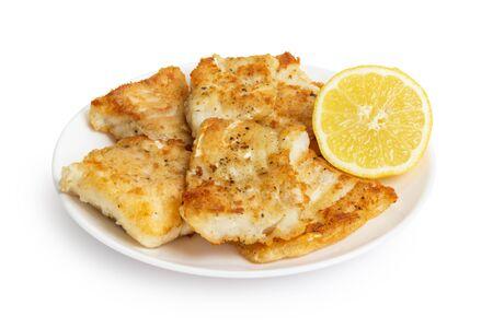 pescado frito: bacalao frito en harina en el plato, aisladas sobre fondo blanco