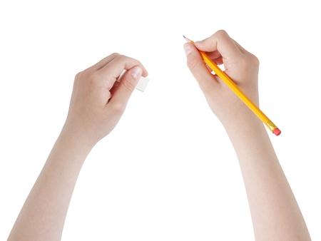 crayon: mains femelle de l'adolescence avec un crayon et une gomme, isol�