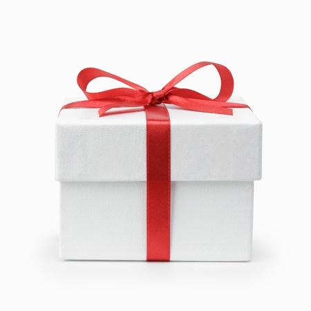 weißen strukturierten Geschenk-Box mit Schleife, isoliert auf weiß Lizenzfreie Bilder