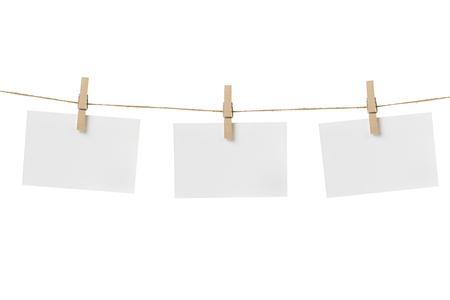 Papierkarten hängen am Seil, isoliert