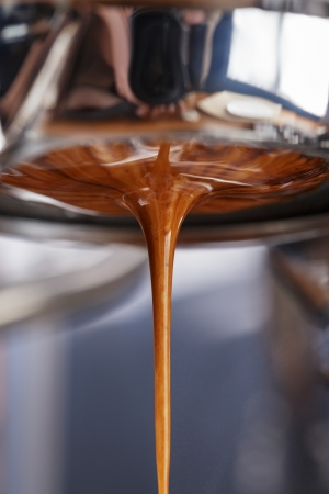 espresso extraction with bottomless portafilter, close up Imagens