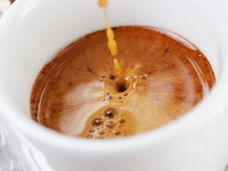 crema: extraction of espresso with rich crema in cup