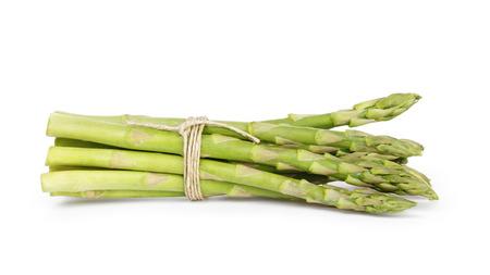 asperges: ongekookt groene asperges vastgebonden met touw, geïsoleerd op wit