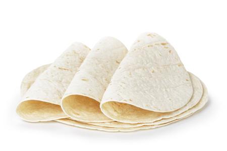 tortilla de maiz: tortillas redondas trigo, aislado en el fondo blanco