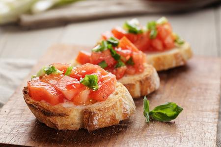 토마토와 간단한 이탈리아어 식욕을 돋우는 브루 쉐 타