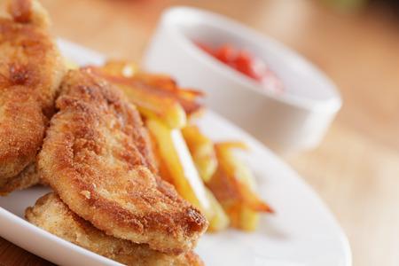 nuggets pollo: nuggets de pollo frito con papas fritas, de cerca