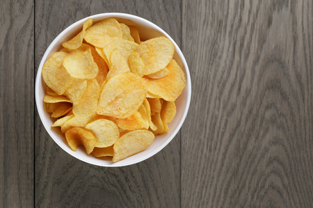 potato chips with paprika, on wood oak table Banque d'images