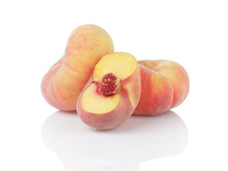 흰색 배경에 고립 잘 익은 평면 도넛 복숭아,