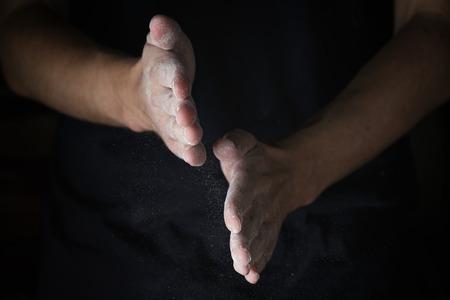 manos trabajo: adulto hombre manos de trabajo con harina, foto oscura