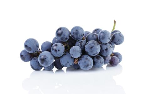 racimos de uvas: uva isabella maduros aislados en blanco con la reflexi�n
