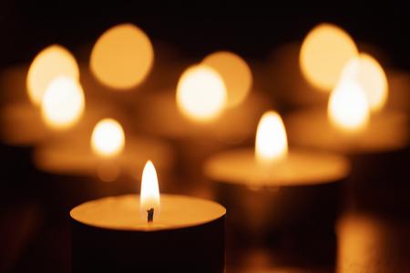 velas de navidad: quemar velas con hermosa fuera de foco, someras DOF