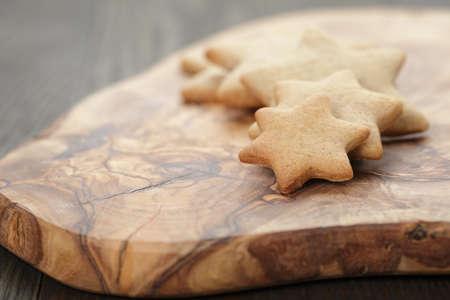 galletas de jengibre: caseras forma de estrella galletas de jengibre a bordo de oliva, foto r�stica