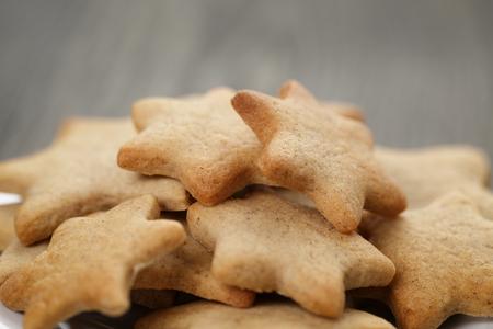 galletas de jengibre: galletas caseras en forma de estrella de jengibre de cerca, alimentos dulces