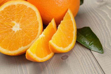 나무 테이블에 잘 익은 스페인어 오렌지, 소박한 사진