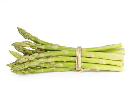 白で隔離されるひもと結ばれるグリーン アスパラガスの調理