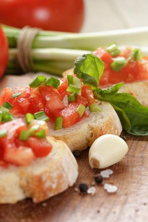 cebollin: sencilla bruschetta italiana con tomate y cebollino Foto de archivo
