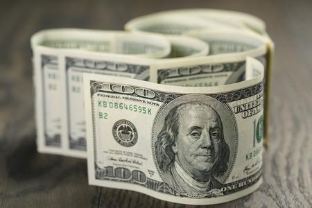 나무 테이블에 -100 달러 지폐 스톡 콘텐츠