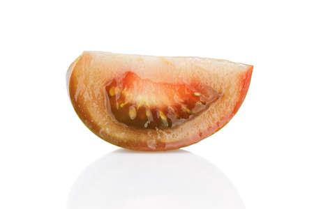 segmento: madura segmento tomate kumato aislado en fondo blanco