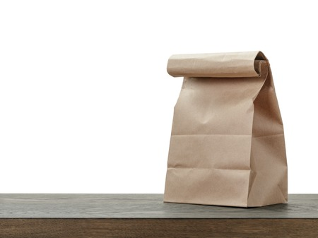 to lunch: simple de la bolsa de papel marr�n para el almuerzo o la comida en la mesa de madera Foto de archivo