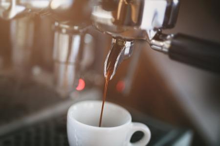 proceso: proceso de extracción de café de máquina de café profesional, tonos foto de la vendimia Foto de archivo