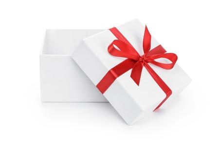offenen weißen vorliegende Arbeit Karton mit rotem Band Bogen isoliert auf weiß
