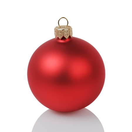 kerstbal rood: red christmas ball isolated on white background Stockfoto