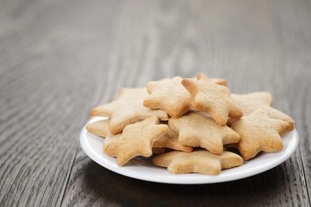 galletas de jengibre: galletas de Navidad en la mesa de madera rústica, comida casera Foto de archivo