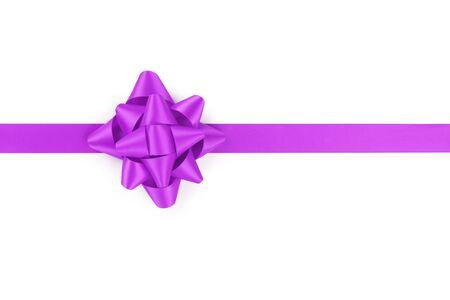morado: cinta púrpura con el regalo arco aislado en fondo blanco Foto de archivo