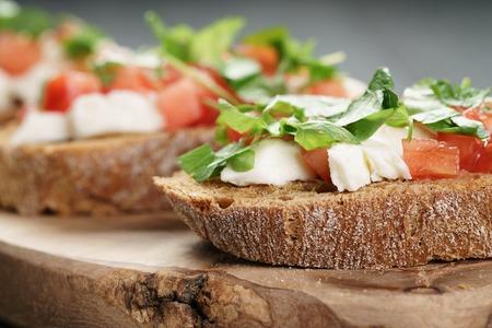 tomate: bruschetta seigle � la mozzarella, les tomates et le persil, mise au point s�lective