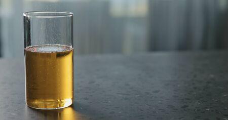 Birnenmost im Glas auf Terrazzo-Arbeitsplatte mit Kopierraum, breites Foto