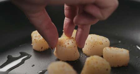 put scallops on a non stick pan Stok Fotoğraf