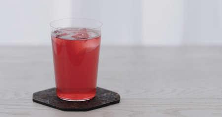 berry water over big ice rock into tumbler glass Zdjęcie Seryjne