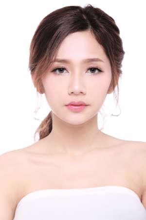ビューティー モデル。アジアの女性の肌ケア画像白い背景の上。健康と美容のコンセプトです。美しさの肖像画。スパ。ウェルネス。