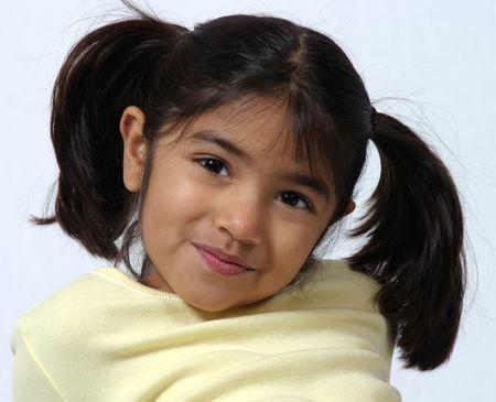 schattig meisje met donkere haired Pigtails smirking Stockfoto