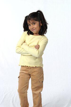 Cute petite fille avec des cheveux noirs et les yeux avec des bras croisés Banque d'images - 662383