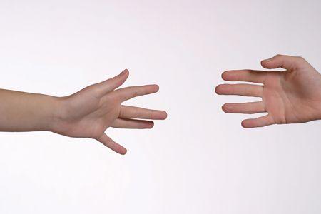 2 mains caucasiennes atteignant dehors entre eux Banque d'images - 702587